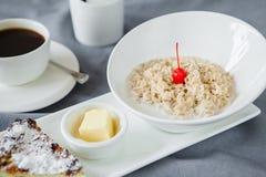 Hafermehlfrühstück und -kaffee stockfotografie