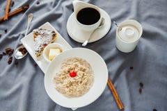 Hafermehlfrühstück und -kaffee stockfoto