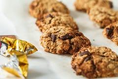 Hafermehlplätzchen des strengen Vegetariers mit Schokolade auf einem hellen Hintergrund heal lizenzfreies stockfoto