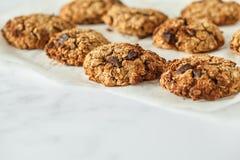 Hafermehlplätzchen des strengen Vegetariers mit Schokolade auf einem hellen Hintergrund heal lizenzfreie stockbilder