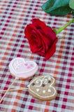 Hafermehlplätzchen in Form eines Herzens mit Rotrose Lizenzfreies Stockfoto