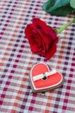 Hafermehlplätzchen in Form eines Herzens mit Rotrose Stockfotos