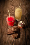 Hafermehlplätzchen und -saft in einem Glas mit Eiscreme auf einem hölzernen Hintergrund 1 Lizenzfreie Stockbilder