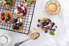 Hafermuffin mit Kaffee zum Frühstück stockfotos