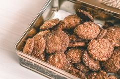 Haferschokoladenplätzchen selbst gemacht im Metallkasten auf weiße Tabelle hoher anle Ansicht Stockfotografie
