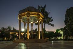 Hafez坟茔了不起的伊朗诗人在设拉子在晚上 库存图片