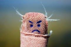 Haftender Gips mit verärgertem Gesicht stockfoto