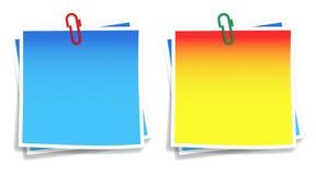Haftnotiz mit Papierklammer Stockbild