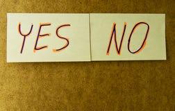 Haftnotizanmerkungen JA und KEIN befestigt auf einem hölzernen Hintergrund mit dem Kopienraum verfügbar Lizenzfreie Stockbilder