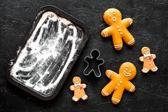 Haga al hombre de pan de jengibre por el Año Nuevo 2018 Dulces cerca del molde para el horno en la opinión superior del fondo neg Imagen de archivo libre de regalías