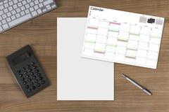 Haga calendarios la hoja en blanco y la calculadora en la tabla de madera Fotografía de archivo