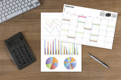 Haga calendarios la hoja y la calculadora del diagrama en la tabla de madera Fotografía de archivo libre de regalías