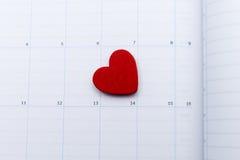 Haga calendarios la página con la nota roja del corazón el día de San Valentín Imagen de archivo libre de regalías