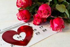 Haga calendarios la página con los corazones y el ramo rojos de rosas rojas el día de tarjetas del día de San Valentín Fotografía de archivo libre de regalías