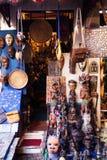 Haga compras con arte africano en los souks de Marrakesh Foto de archivo libre de regalías