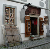 Haga compras en la parte histórica de Cesky Krumlov Foto de archivo libre de regalías