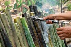 Haga el arroz pegajoso con la leche de coco asada en un cilindro de bambú de las juntas de la longitud, fuga de Khao es postre du fotos de archivo libres de regalías