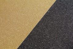 Haga el papel del brillo a mano en los colores del negro y del oro imagen de archivo libre de regalías
