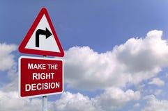Haga el poste indicador correcto de la decisión en el cielo Foto de archivo libre de regalías