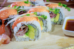 Haga el rollo de sushi en casa simple Fotos de archivo