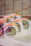 Haga el rollo de sushi en casa simple Foto de archivo