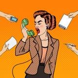 Haga estallar a Art Aggressive Business Woman Screaming en el teléfono en el trabajo de oficina multi de la asignación Foto de archivo