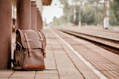 Haga excursionismo en la estación de tren, solamente y la espera para viajar, inconformista imagen de archivo