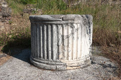 Haga fragmentos de la columna en Heraclea Lyncestis, Bitola Fotografía de archivo libre de regalías