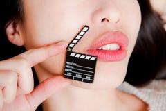 Haga frente al detalle de los labios sensuales de la mujer con poco tablero de chapaleta Fotografía de archivo