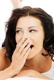 Haga frente al primer de una mujer joven y apta hermosa que bosteza Fotografía de archivo libre de regalías