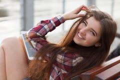 Haga frente al retrato de la mujer joven que usa una PC de la tableta Imágenes de archivo libres de regalías