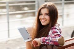 Haga frente al retrato de la mujer joven que usa una PC de la tableta Imagenes de archivo