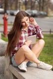 Haga frente al retrato de la mujer joven que usa una PC de la tableta Foto de archivo