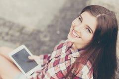 Haga frente al retrato de la mujer joven que usa una PC de la tableta Imagen de archivo
