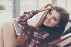 Haga frente al retrato de la mujer joven que usa una PC de la tableta Fotos de archivo libres de regalías