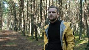 Haga frente al retrato del hombre libre en bosque soleado verde