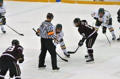 Haga frente apagado en juego del hockey sobre hielo Imagenes de archivo