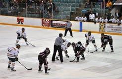Haga frente apagado en juego del hockey sobre hielo del NCAA Imágenes de archivo libres de regalías