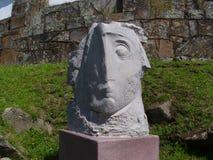 Haga frente a la escultura con los lados desiguales situados en Galicia Fotografía de archivo