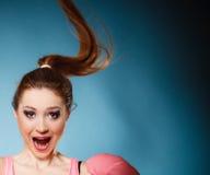 Haga frente a la expresión de la muchacha adolescente divertida en azul Imagen de archivo libre de regalías