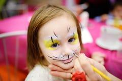 Haga frente a la pintura para la niña linda durante fiesta de cumpleaños de los niños Fotos de archivo