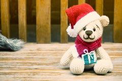 haga a ganchillo el oso de peluche en un sombrero rojo de la Navidad amigurumi hecho a mano Fotos de archivo libres de regalías