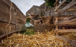 Haga heno el carro con un frasco del vidrio verde en un castillo francés fotografía de archivo
