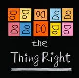 Haga la derecha de la cosa, palabras en la pizarra. Foto de archivo