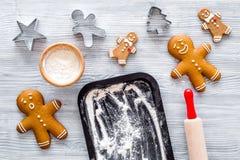 Haga la galleta del pan de jengibre por el Año Nuevo 2018 Hombre de pan de jengibre, rodillo, harina en maqueta de madera gris de Fotos de archivo