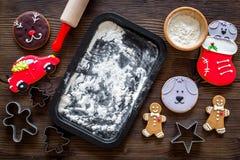 Haga la galleta del pan de jengibre por el Año Nuevo 2018 Hombre de pan de jengibre, rodillo, harina en maqueta de madera oscura  Foto de archivo libre de regalías