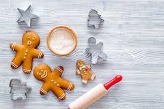 Haga la galleta del pan de jengibre por el Año Nuevo 2018 Hombre de pan de jengibre, rodillo, harina en la opinión superior del f Imagenes de archivo