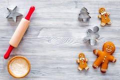 Haga la galleta del pan de jengibre por el Año Nuevo 2018 Hombre de pan de jengibre, rodillo, harina en la opinión superior del f Fotografía de archivo
