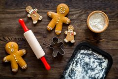 Haga la galleta del pan de jengibre por el Año Nuevo 2018 Hombre de pan de jengibre, rodillo, harina en la opinión superior del f Foto de archivo