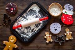 Haga la galleta del pan de jengibre por el Año Nuevo 2018 Hombre de pan de jengibre, rodillo, harina en la opinión superior del f Fotos de archivo